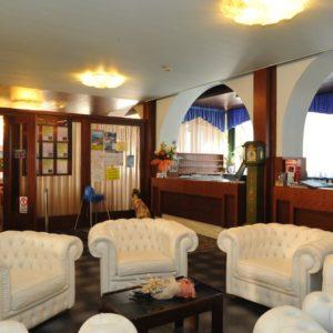 Стойка регистрации отеля на озере Гарда